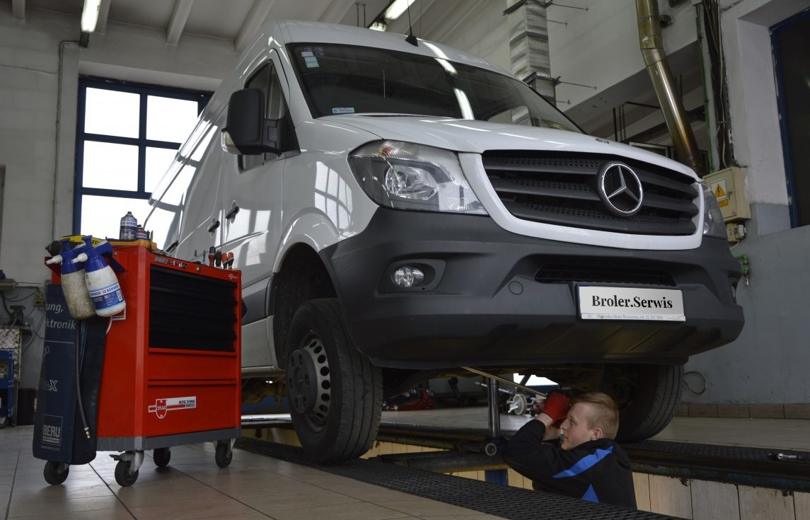 Inspecting the front suspension - Mercedes Sprinter 906