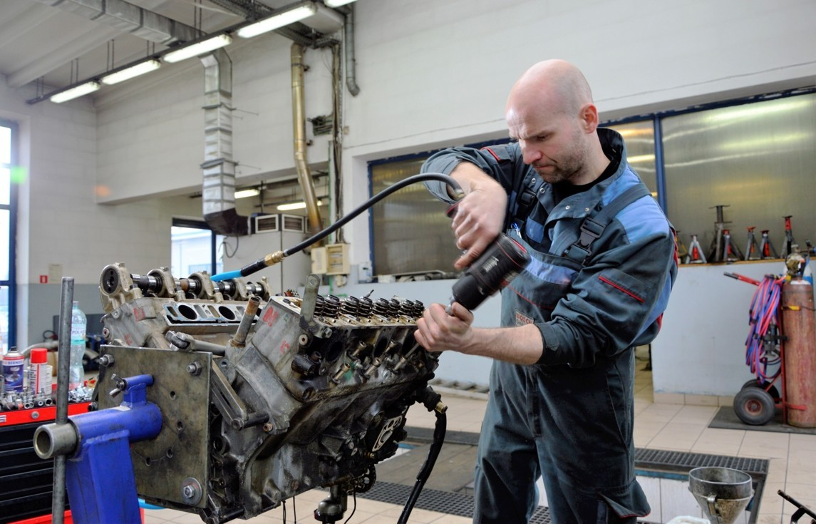 Mercedes-Benz Oldtimer M117 repair of engine